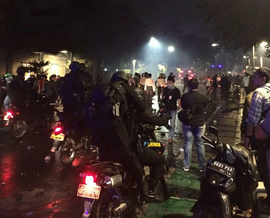 Hujan Batu dan Gas Air Mata yang Mengakhiri Demo Anti-PKI