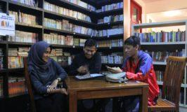 Sensasi Makan Dikelilingi Ribuan Buku