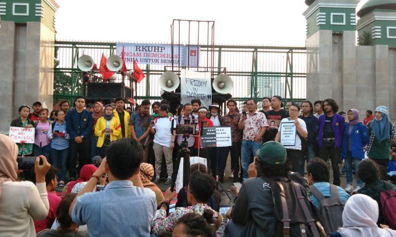 Tolak Pengesahan RKUHP, Masyarakat Sipil dan Mahasiswa Demo Depan DPR