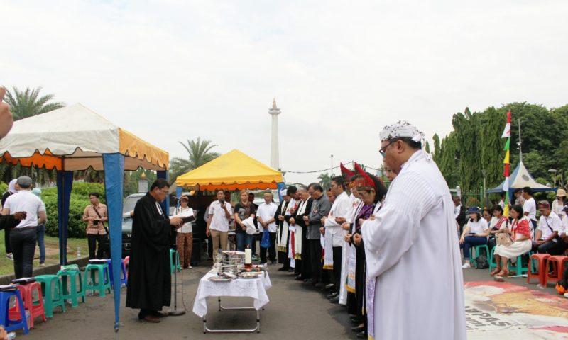 Penyegelan Gereja Masih Berlanjut, Jemaat Khidmatkan Natal di Depan Istana